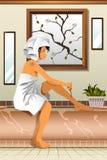 Kvinna som rakar henne ben i badrummet Arkivbild