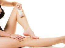 Kvinna som rakar henne ben med rakapparaten Royaltyfri Fotografi