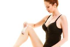 Kvinna som rakar henne ben med rakapparaten Fotografering för Bildbyråer