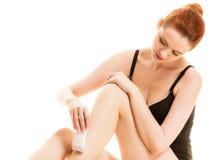Kvinna som rakar henne ben med rakapparaten Royaltyfri Bild