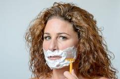 Kvinna som rakar hennes skägg royaltyfria bilder