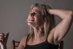 Kvinna som rasar, i förtvivlan, ilska Arkivbild