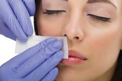 Kvinna som reciving ansikts- epilation Royaltyfri Fotografi
