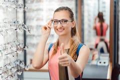 Kvinna som rekommenderar köpa den nya eyewearen arkivbilder