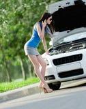Kvinna som reparerar den brutna cabrioleten Royaltyfria Bilder