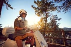 Kvinna som reser p? motorcykeln och har gyckel fotografering för bildbyråer