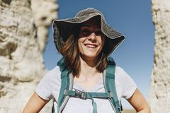 Kvinna som reser till Oakley med ryggsäcken royaltyfri foto