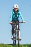 Kvinna som rider en cykel Arkivfoto