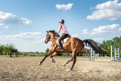 Kvinna som rider en häst Humoristisk illustration Arkivfoto