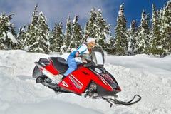 Kvinna som rider en snowmobile Arkivbilder