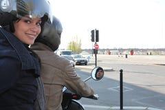 Kvinna som rider en sparkcykel Arkivfoto