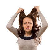 Kvinna som river på hennes hår i desperation royaltyfri fotografi