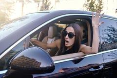 Kvinna som ropar i bilolyckan royaltyfria foton