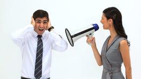 Kvinna som ropar i en megafon lager videofilmer