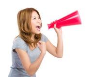 Kvinna som ropar med megafonen Arkivbild