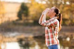 Kvinna som ropar naturen Arkivfoto