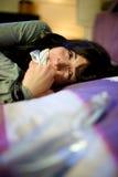Kvinna som ropar och gråter i kidnappad säng Fotografering för Bildbyråer