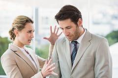 Kvinna som ropar på den manliga kollegan Royaltyfria Bilder