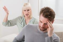 Kvinna som ropar till den frustrerade mannen Fotografering för Bildbyråer