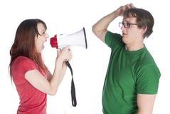 Kvinna som ropar till hennes man med megafonen Royaltyfri Fotografi