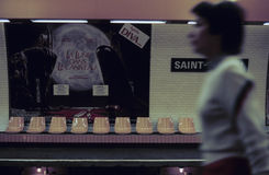 Kvinna som rusar förgångna tomma platser i tunnelbanastation Royaltyfria Foton