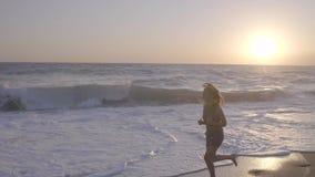 Kvinna som rustar på stranden stock video