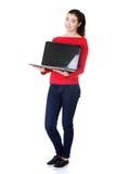 Kvinna som rymmer den 17 tum bärbar dator Royaltyfri Foto