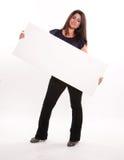 Kvinna som rymmer den diagonala skylten Royaltyfri Fotografi