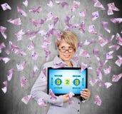 Kvinna som rymmer den digitala minnestavlan med b2b-intrig royaltyfria bilder