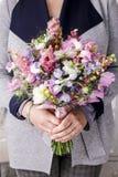 Kvinna som rymmer den härliga buketten av blommor fotografering för bildbyråer