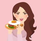 Kvinna som rymmer den nya smörgåsen i hennes hand med ägget Royaltyfri Bild