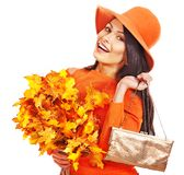 Kvinna som rymmer den orange leafen och handväskan. Arkivbilder