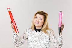 Kvinna som rymmer den stora blyertspennan och pennan Arkivfoto