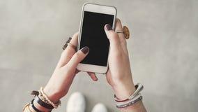 Kvinna som rymmer den tomma tomma mobiltelefonen Arkivfoto