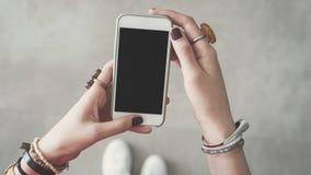 Kvinna som rymmer den tomma tomma mobiltelefonen Royaltyfria Foton