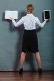 Kvinna som rymmer den traditionella boken och eBookavläsaren Arkivbild
