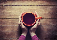 Kvinna som rymmer den varma kopp te Fotografering för Bildbyråer