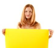 Kvinna som rymmer det blanka gula banret arkivbild