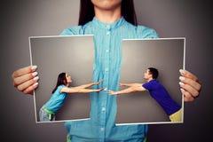 Kvinna som rymmer det sargade fotoet av par Royaltyfria Bilder