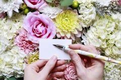 Kvinna som rymmer det tomma pappers- kortet Romantisk blommaprydnad Royaltyfria Bilder