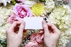 Kvinna som rymmer det tomma pappers- kortet Romantisk blommaprydnad Arkivbild