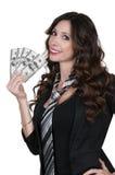 Kvinna som rymmer 100 dollarBills Arkivfoto
