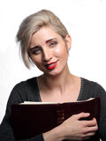 Kvinna som rymmer en bibel Royaltyfria Foton