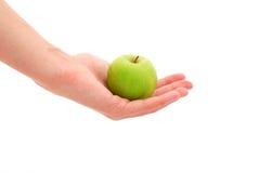 Kvinna som rymmer en gröna Apple Royaltyfria Bilder
