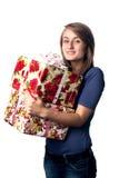 Kvinna som rymmer en gåvaask Royaltyfri Foto