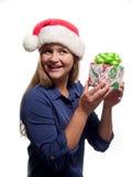 Kvinna som rymmer en julgåva Royaltyfri Foto