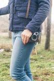 Kvinna som rymmer en kamera Arkivbild