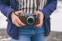 Kvinna som rymmer en kamera Arkivfoto