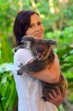 Kvinna som rymmer en koala Royaltyfria Bilder