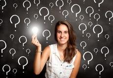 Kvinna som rymmer en lightbulb arkivfoton